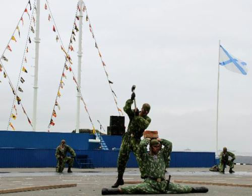 Russian soldiers perform during a ceremony to mark the Navy Day in Vladivostok, Russia, July 25, 2010. The Russian Navy Day falls on the last Sunday of July every year. (Xinhua/Lu Guodong)