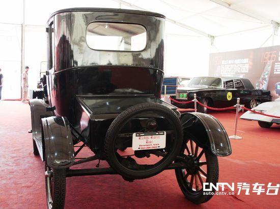 福特T型车是美国亨利福特创办的福特汽车公司于1908年至1927年推出的一款汽车产品。福特T型车的面世使1908年成为工业史上具有重要意义的一年:T型车以其低廉的价格使汽车作为一种实用工具走入了寻常百姓之家,美国亦自此成为了车轮上的国度。 今天,我们将为大家介绍的是福特在1916年推出的T型车衍生车型:T型跑车。它的车主是著名喜剧表演大师:卓别林。这款凝聚了无数辉煌历史的车子,将为您带来不一样的体验。