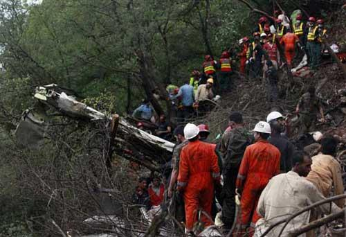 Rescue workers search the wreckage of an Airblue passenger plane which crashed on the outskirts of Islamabad July 28, 2010.(Xinhua/Reuters Photo)