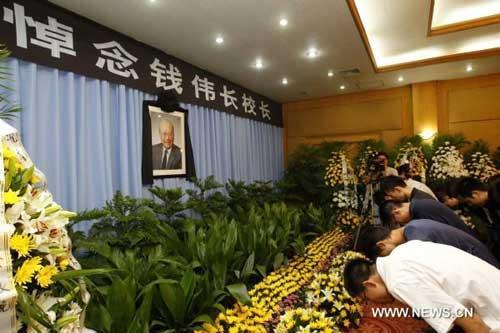 Teachers and students of Shanghai University bow at the mourning hall for Shanghai University President Qian Weichang in Shanghai, east China, July 31, 2010. Renowned Chinese scientist Qian Weichang passed away Friday morning. Qian, born in 1912, was a well-known scientist in applied mathematics, mechanics and physics. (Xinhua/Pei Xin)