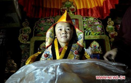 The sixth Living Buddha Dezhub enthrones at Zagor Monastery in Shannan Prefecture of southwest China's Tibet Autonomous Region, Aug. 2, 2010. [Xinhua]
