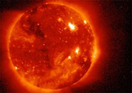 British scientists warned that a mighty eruption of superhot plasma blasted out of the sun could hit the earth as early as Tuesday.(Photo source:NASA)