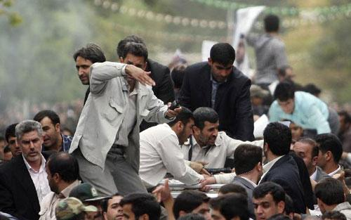Bodyguards react after the sound of an explosion behind the entourage of Iranian President Mahmoud Ahmadinejad (C) as he is welcomed to Hamadan, 336 kilometres southwest of Tehran, August 4, 2010. (Xinhua/Reuters Photo)