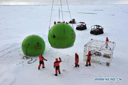 Chinese expedition team members lay down equipments onto sea ice in the Arctic Ocean, Aug. 8, 2010. (Xinhua/Zhang Jiansong)