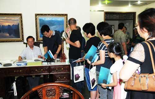 参观者纷纷索要签名