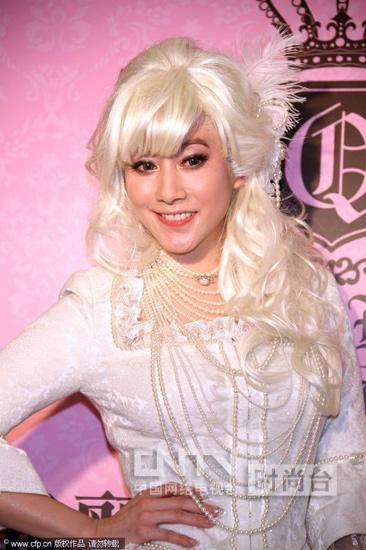 许慧欣的公主造型和品牌可爱的小女生的气质很贴和,白发