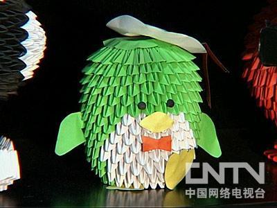 在所有的折纸工艺品中,最受欢迎的就是纸菠萝.