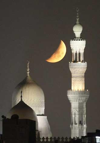The crescent moon is seen near mosques in old Cairo on the fifth day of the Muslim holy month of Ramadan August 15, 2010. [Photo/Agencies]