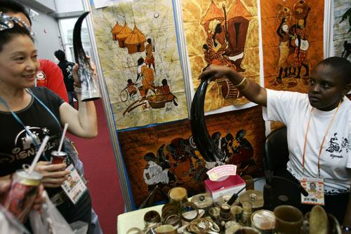 An African business woman showcasing goods with unique African flavor to customers in Guangzhou. (Photo: China Daily)