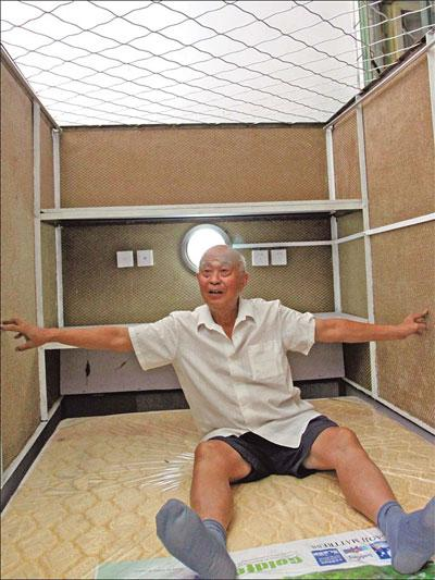 Huang Rixin shows his new capsule apartment, which he says is bigger and better than ever.(Liu Zhe / China Daily )