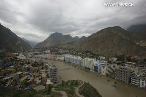 Photo taken on Aug. 16, 2010 shows the Bailongjiang River running across landslide-hit Zhouqu County, Gannan Tibetan Autonomous Prefecture in northwest China's Gansu Province. (Xinhua/Xing Guangli)