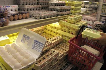 Eggs are seen at a supermarket in New York, the United States, Aug. 20, 2010.  (Xinhua/Wu Kaixiang)