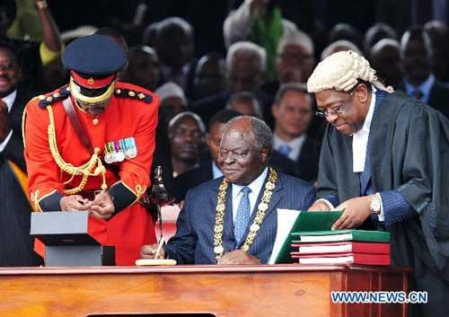 Kenyan President Mwai Kibaki gets ready to sign the instruments of the promulgation of the new constitution in Nairobi, Kenya, Aug. 27, 2010. (Xinhua/Liu Chan)