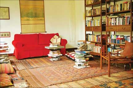Shelves full of books, a few pieces of carpet, a vibrant red-colored couch and abundant light bring Alighiero's reading room to life and create a restful, self-indulgent atmosphere.(Source: Shanghai Daily)