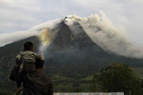 Mount Sinabung volcano spews smoke in the district of Tanah Karo outside the city of Medan, North Sumatra August 28, 2010. (Xinhua/AFP Photo)