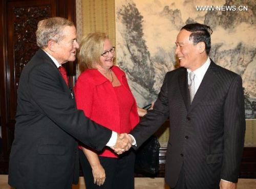 Chinese Vice Premier Wang Qishan (R) meets with U.S. senators Claire McCaskill (C) and Kit Bond (L) in Beijing, capital of China, Aug. 30, 2010. (Xinhua/Liu Weibing)