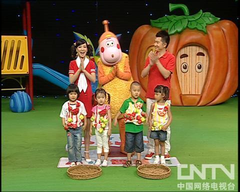 西瓜桔子做游戏小刺猬运果子