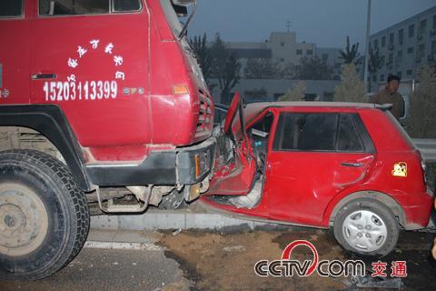 冀载重货车与小轿车相撞司机被困