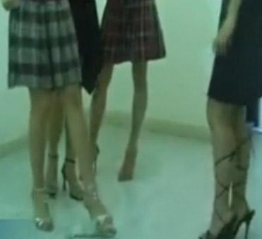 美女虐兔视频再次曝光!~~~~4名女子把兔子当球踢