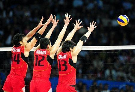 男子排球决赛,日本队员在比赛中拦网