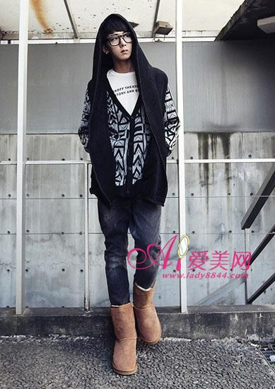 驼色长款毛料外套搭配灰色休闲裤
