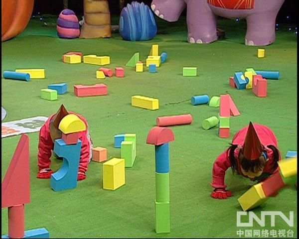 西瓜桔子做游戏顽皮的小犀牛