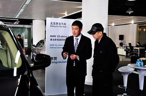 从宝马x5的遥控钥匙开始介 绍,打开车门,让陈建斌坐到车内,由驾驶员到