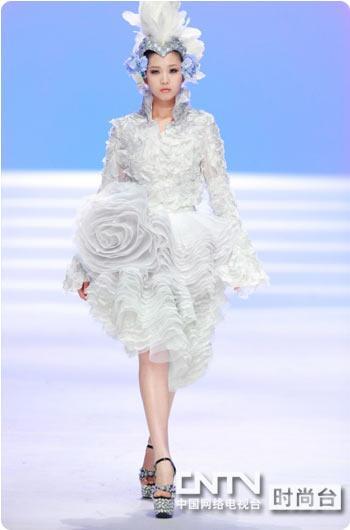 于每年的优秀毕业作品展演现场,由知名服装设计师,权威风尚精英及业界