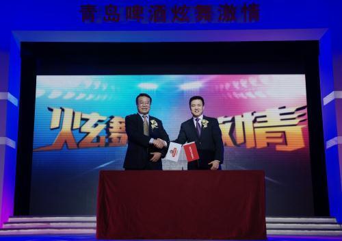 与青岛啤酒股份有限公司营销中心副总裁杨华江签约