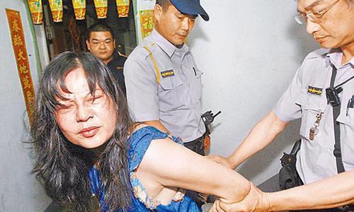 警员随即拿出手铐,将陈女双手上铐,带回派出所,图中为动手打人的陈荣.