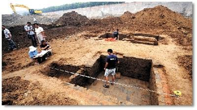 考古人员在进行挖掘工作