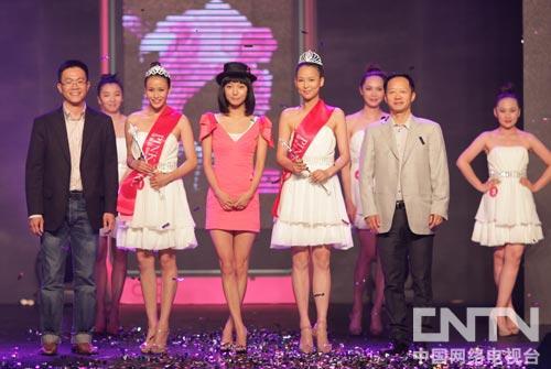 诺基亚大中国区、韩国及日本市场总监许益维、时尚传媒集团总裁刘江和王珞丹为PinkGirl冠军颁奖