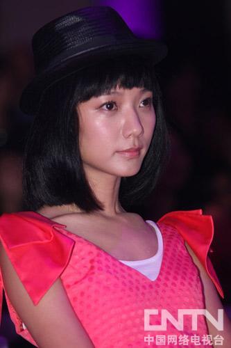王珞丹投入看PinkGirl比赛