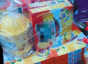"""超市中果汁冲剂捆绑""""榨汁机""""销售记者刘静摄"""