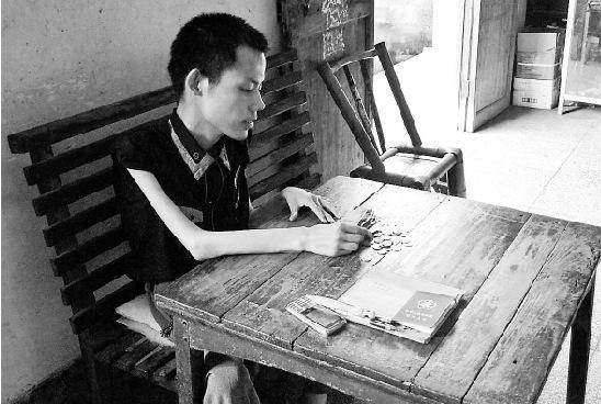 屠栋用无力的手整理零钱,每天,他要在养活自己的小店里一动不动地坐14个小时