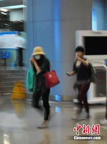 影迷在航班CZ6702的登机口看到张柏芝,并用手机拍下照片。