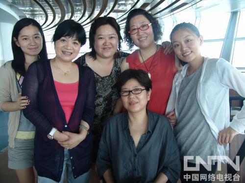 常务副会长王丽萍(左二)、副会长王宛平(右三)与编剧们合影