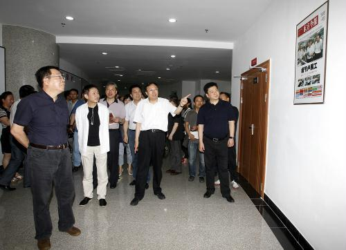 省委宣传部副部长、省广电局党组书记、局长赵景春(右二)介绍东方今报社