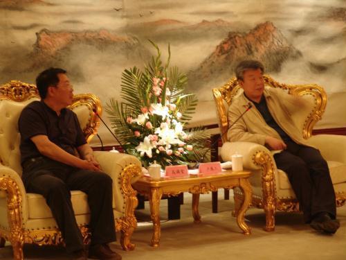 河南省委书记卢展工和会长高满堂亲切交谈