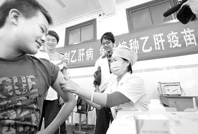 江苏省疾病预防控制中心的医务人员为南京市一所学校的中学生免费注射乙肝疫苗。CFP