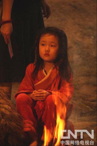 小演员在火堆的熏扰下满眼泪水