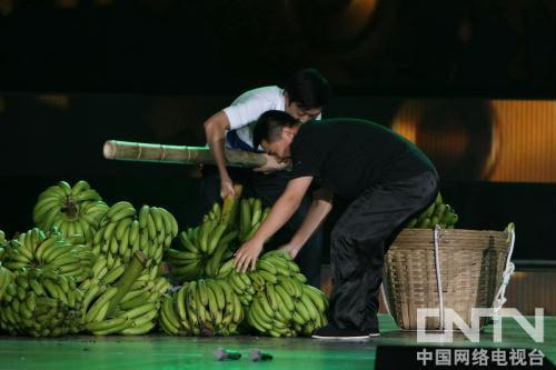 李菁何云伟运香蕉