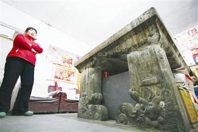 古墓构件拼凑而成的供桌摆放在居民的家中