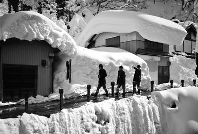 昨日18时,日本山形县银山温泉街,被大雪覆盖的住宅。