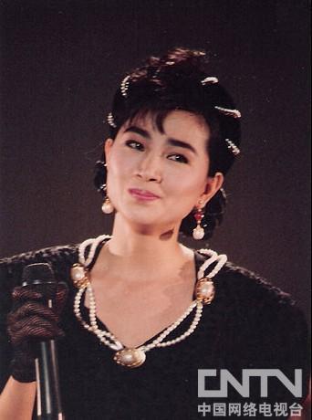 """1月3日,台湾之名歌后凤飞飞因患癌症在香港病逝,终年60岁。凤飞飞曾在红极一时,并因酷爱戴帽子得""""帽子歌后""""美称。"""