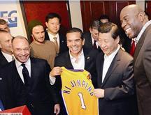 Xi Jinping assiste à un match de la NBA et reçoit un maillot de Beckham et un des Lakers
