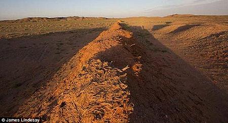 汉代长城在公元前115年左右横穿戈壁沙漠的中心.
