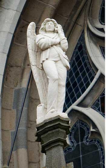"""荷兰斯海托亨博斯圣约翰大教堂外正在打电话的""""天使"""""""