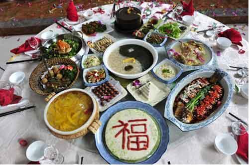 十二道主菜代表历史上封禅祭祀泰山的十二位帝王。