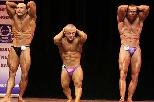 """杰森·欧文高1.3米,是英国最""""小巧""""的健美者。"""